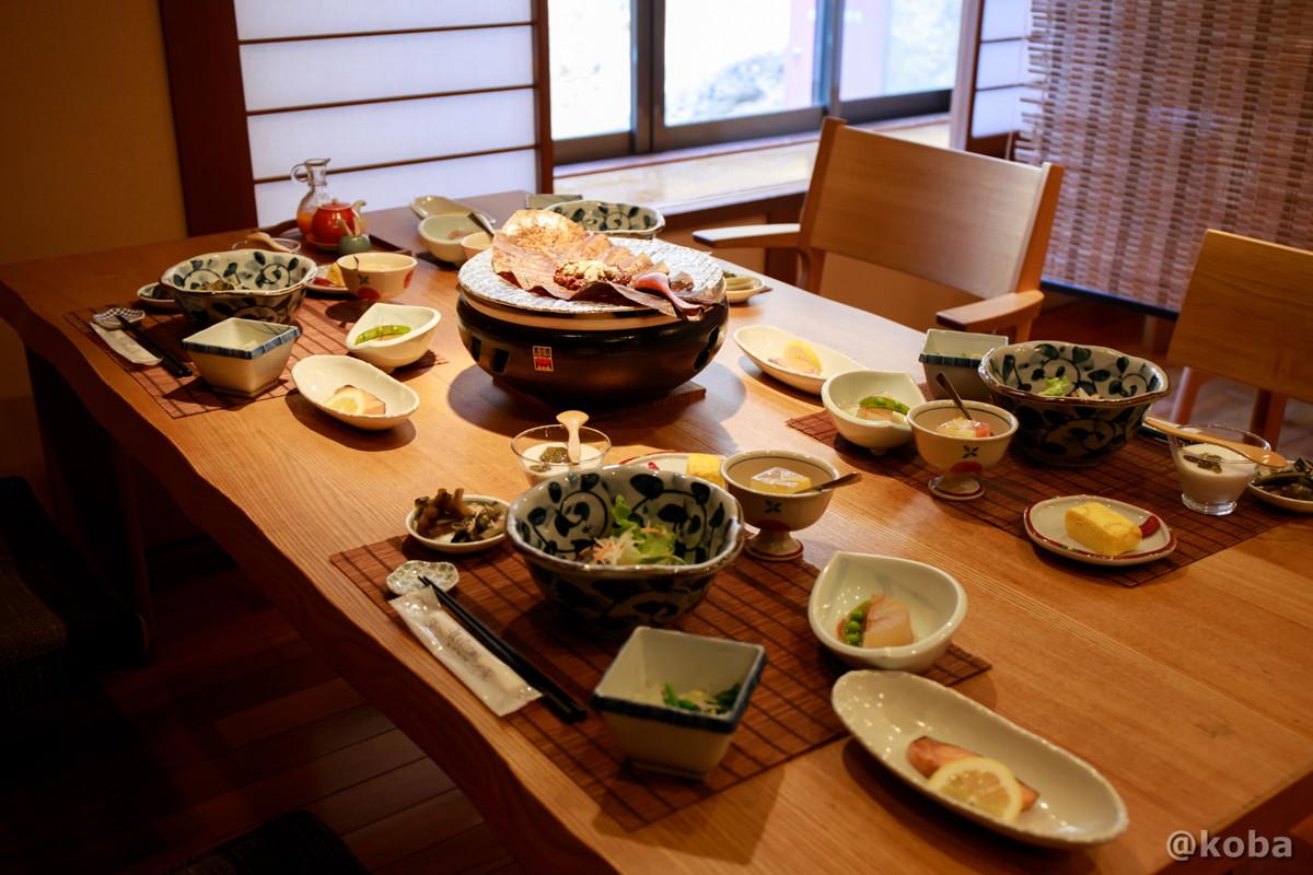 朝食テーブル席の写真|内山峠 初谷温泉(うちやまとうげ しょやおんせん)|長野県佐久市