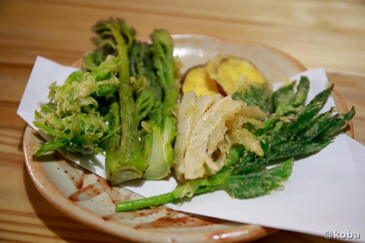 地元野菜の天麩羅盛合せの写真(ふきのとう,タラノメ,さつまいも,ウドの葉)|レストラン せせらぎ|星尾温泉 お食事処|群馬県