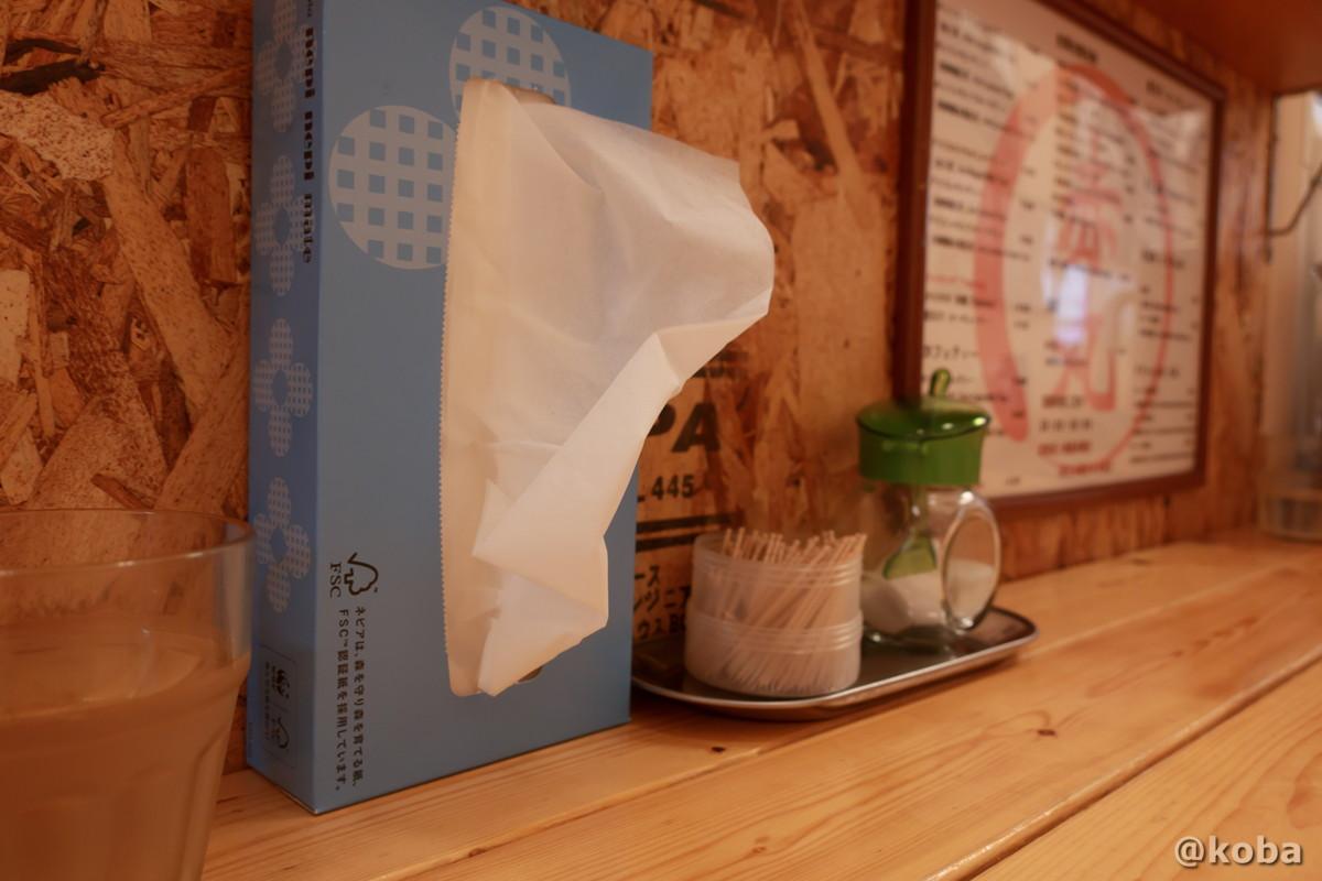 カウンター上のティッシュと調味料の写真|赤丸(あかまる)ランチ 台湾料理店・ラーメン|東京都葛飾区・新小岩