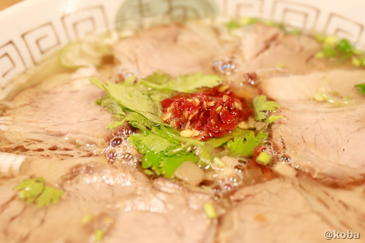 牛肉麵、パクチーと香辛料の写真|赤丸(あかまる)ランチ 台湾料理店・ラーメン|東京都葛飾区・新小岩