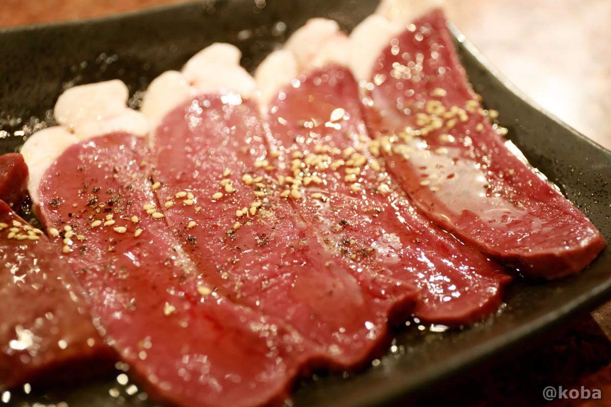 ハツ(薄切り)の写真、脂が付いている心臓なので通称「アブシン」│炭火焼肉 矢つぐ(やつぐ)│東京都江戸川区・新小岩