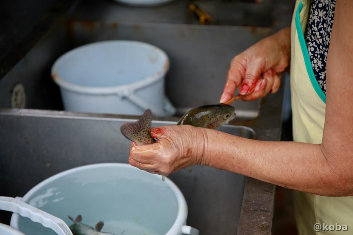 焼き鱒を準備している写真|古戸中養魚場(ことちゅうようぎょじょう)|釣堀・虹マス釣り|栃木県