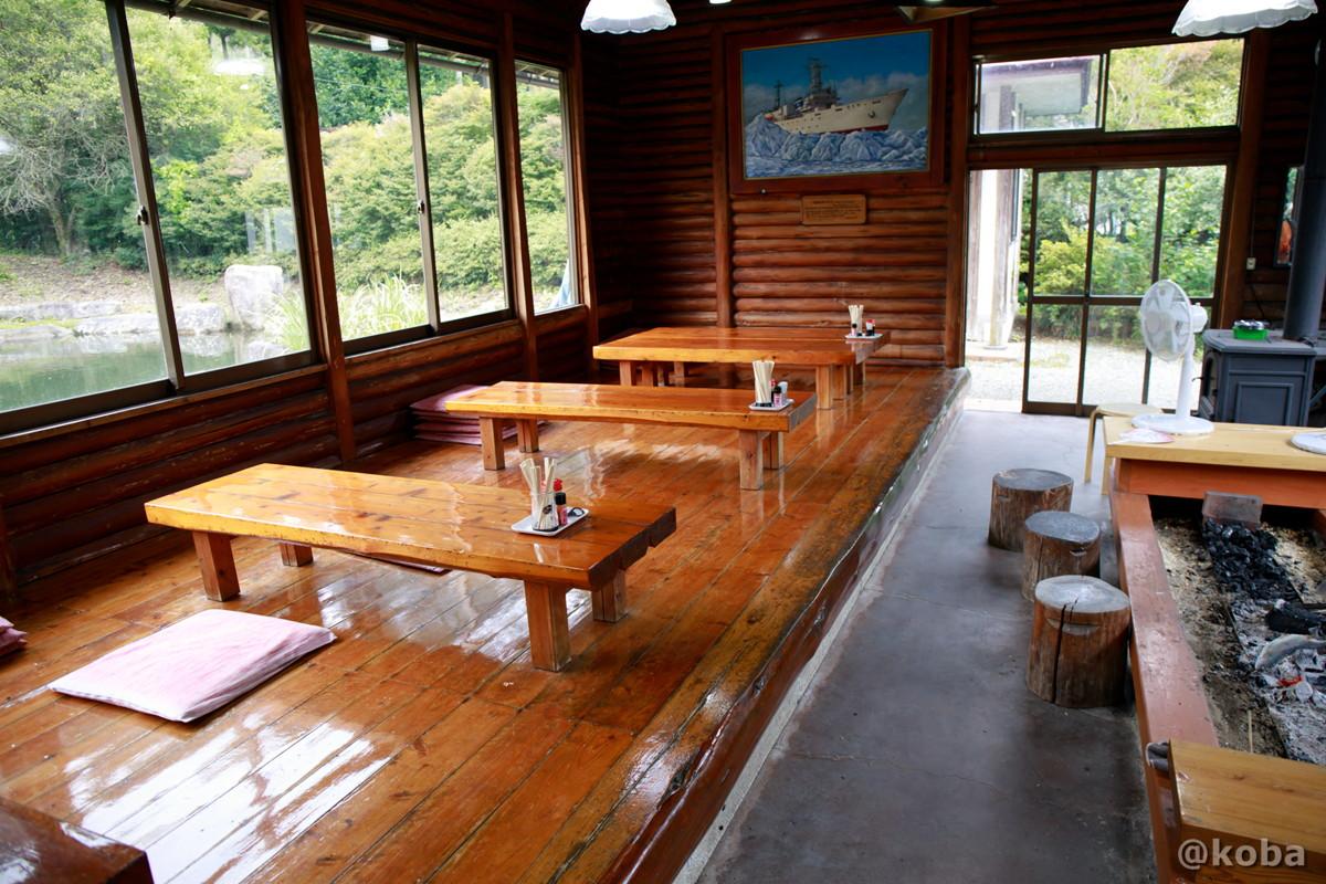 内観 小上がり テーブル席の写真|古戸中養魚場(ことちゅうようぎょじょう)|釣堀・虹マス釣り|栃木県