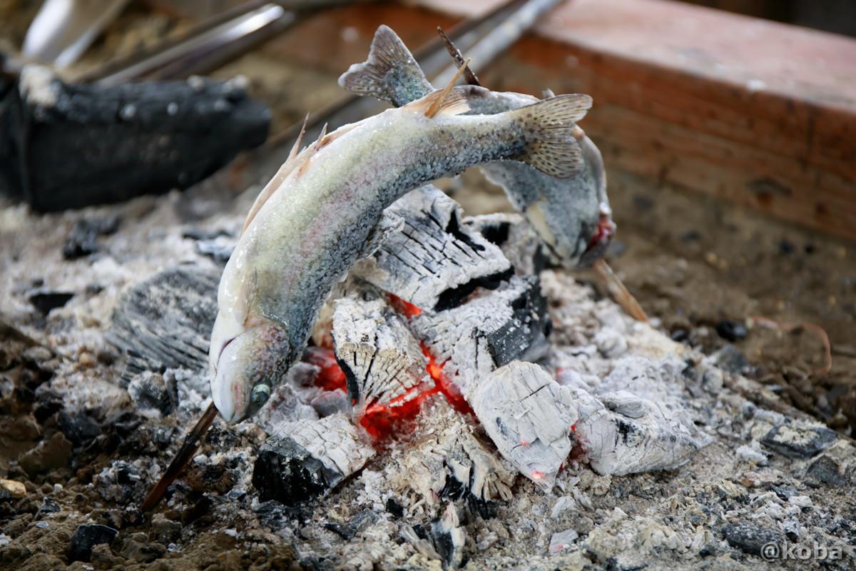 炭火でマスを焼いている写真|古戸中養魚場(ことちゅうようぎょじょう)|釣堀・虹マス釣り|栃木県