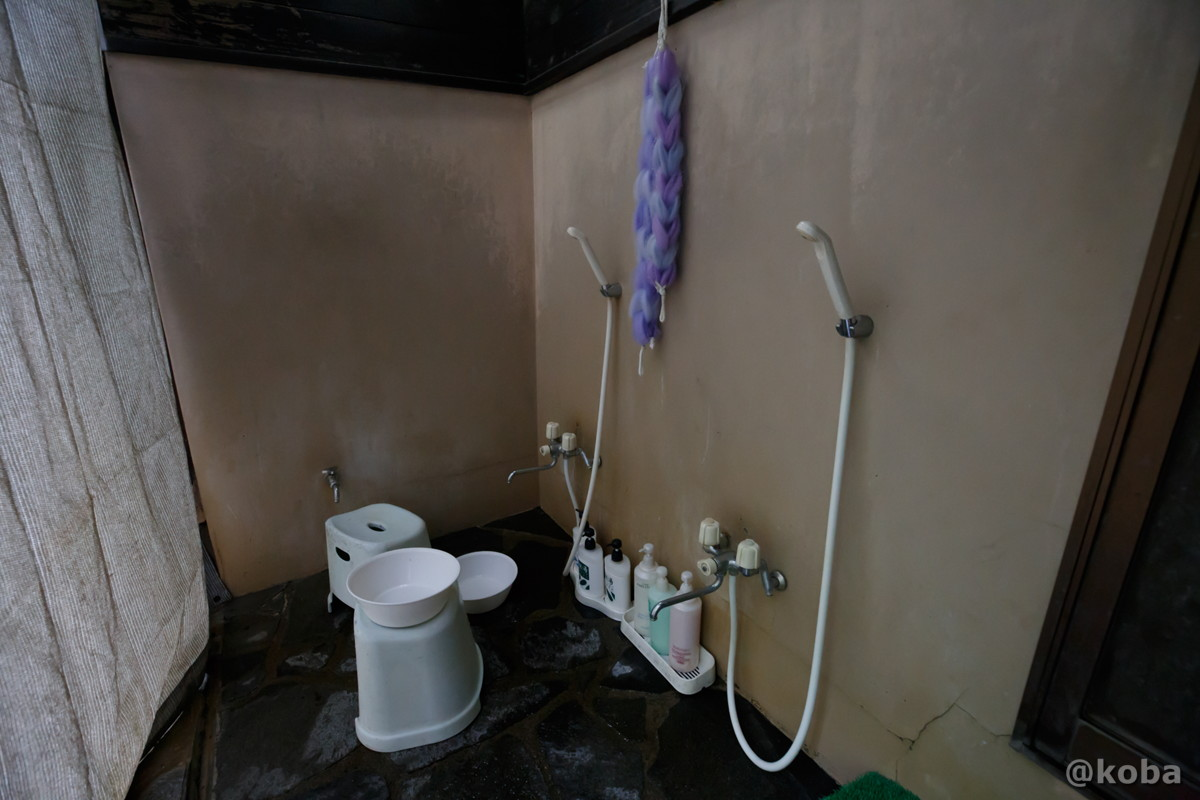 男湯の洗い場 シャワー付きカラン 2箇所の写真|滝沢温泉 滝沢館|日本秘湯を守る会|群馬県