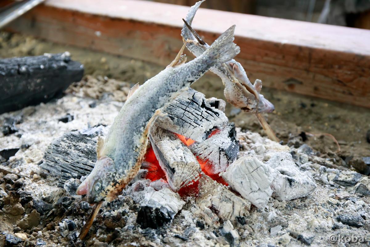 炭火でニジマスを焼いている写真|古戸中養魚場(ことちゅうようぎょじょう)|釣堀・虹マス釣り|栃木県