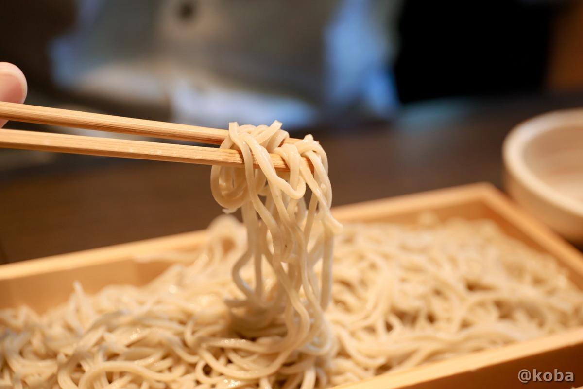 蕎麦を箸持ち麺揚げをした写真|人と木(ひととき) 手打ち蕎麦 ランチ 食事処|とうきょうとかつしかく・ほりきりしょうぶえんえき