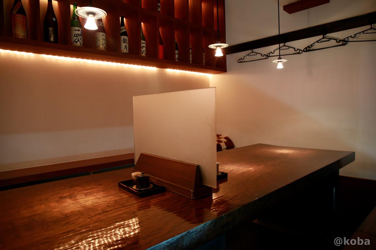 内観、重厚感のある無垢のテーブル席の写真|福島(ふくしま)和食 海鮮料理|東京都葛飾区・新小岩