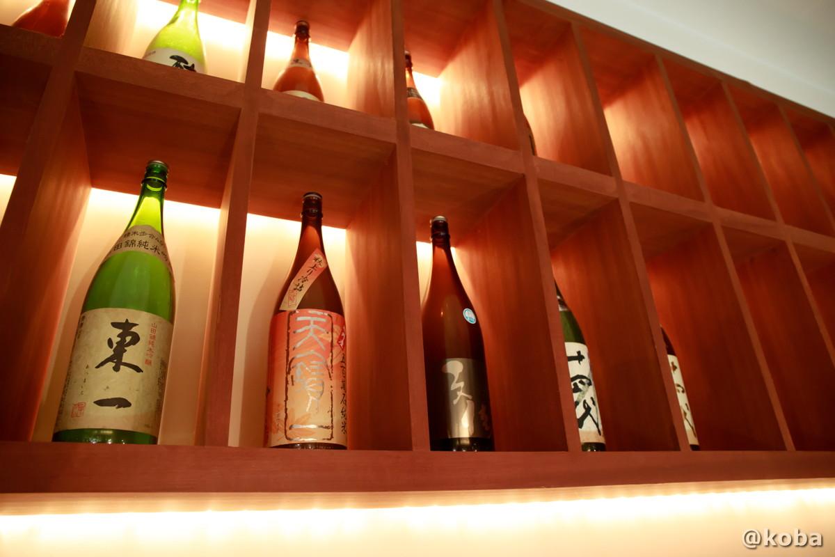 照明がお洒落な日本酒のディスプレイの写真|福島(ふくしま)和食 海鮮料理|東京都葛飾区・新小岩