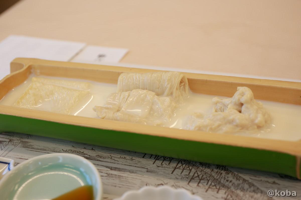 湯葉は、豆乳を加熱してできる膜、大豆の加工食品です。左から平湯葉・刺身湯葉・汲み上げ湯葉の写真|宇豆基野(うずきの)本店 湯葉懐石ランチ 豆腐料理店|東京都足立区・北千住|こばブログ