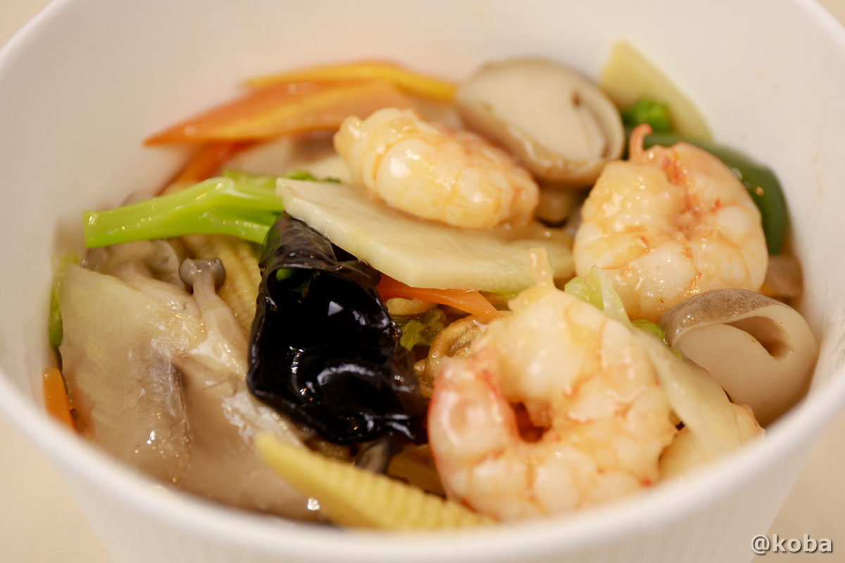 エビと彩り野菜の塩アンかけやきそばの写真|中国料理 桃花