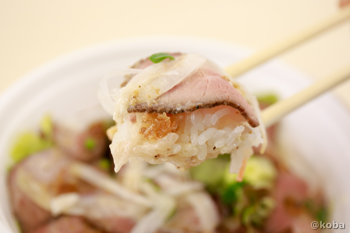 箸持ちしたローストビーフ丼の写真|ダイニングカフェ&バーシバサキ(だいにんぐかふぇ&ばー しばさき)洋食 テイクアウト|かつしかプレミアム付商品券|東京都葛飾区・新小岩駅|こばフォトブログ