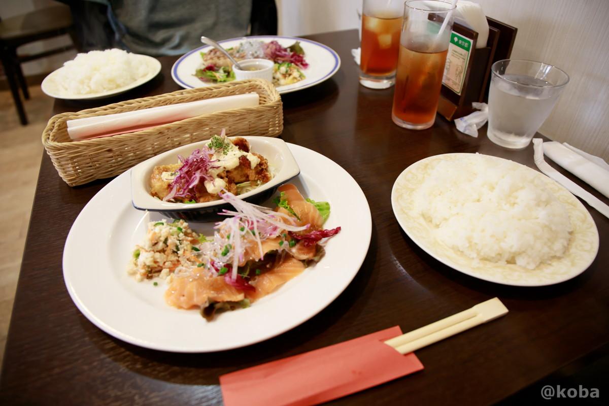 ワンプレート盛り合わせ 手羽トロのタルタルチキン南蛮 と サーモンのカルパッチョのサラダ と 豚ロースの黒こしょう焼の写真|ダイニングカフェ&バーシバサキ(だいにんぐかふぇ&ばー しばさき)洋食|東京都葛飾区・新小岩駅|こばフォトブログ